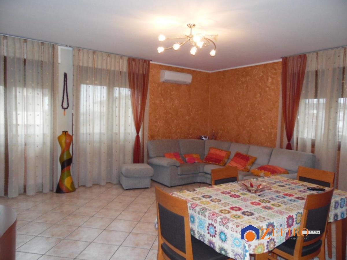 Appartamento in vendita a Cento, 4 locali, prezzo € 130.000 | Cambio Casa.it